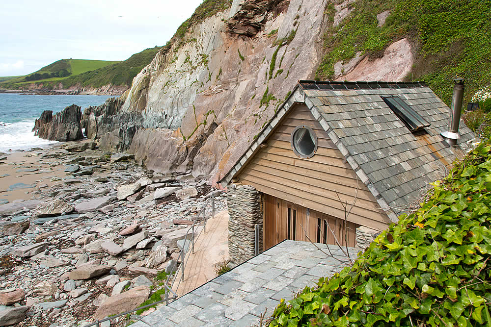 Secluded holiday accommodation on private beach in south for Cheap holiday cottages uk